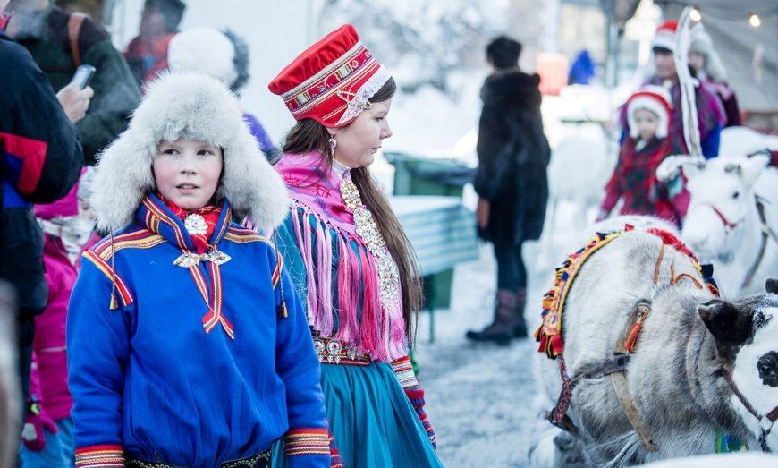 Le marche de jokkmokk est l'occasion de porter la tenue traditionnelle Sâme.