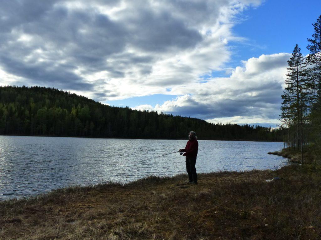 pêche sur un lac en Laponie