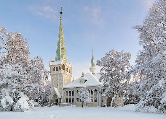 L'église en bois de Jokkmokk. Alors que le marché de Jokkmokk s'installe tranquillement, prenez le temps d'admirer ce bâtiments typiquement suédois.