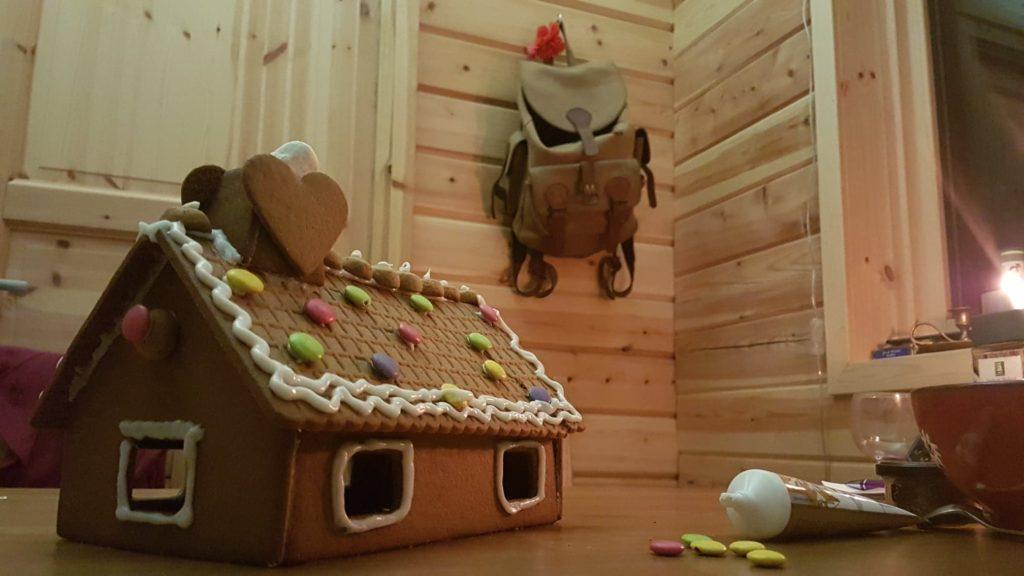 Décoration de la maison en biscuits à la cannelle! Un grand classique du Noël en Laponie!