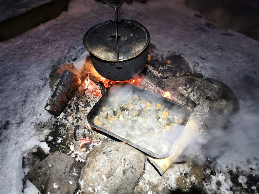 Cuisine en extérieur en Laponie pendant le camp de survie.